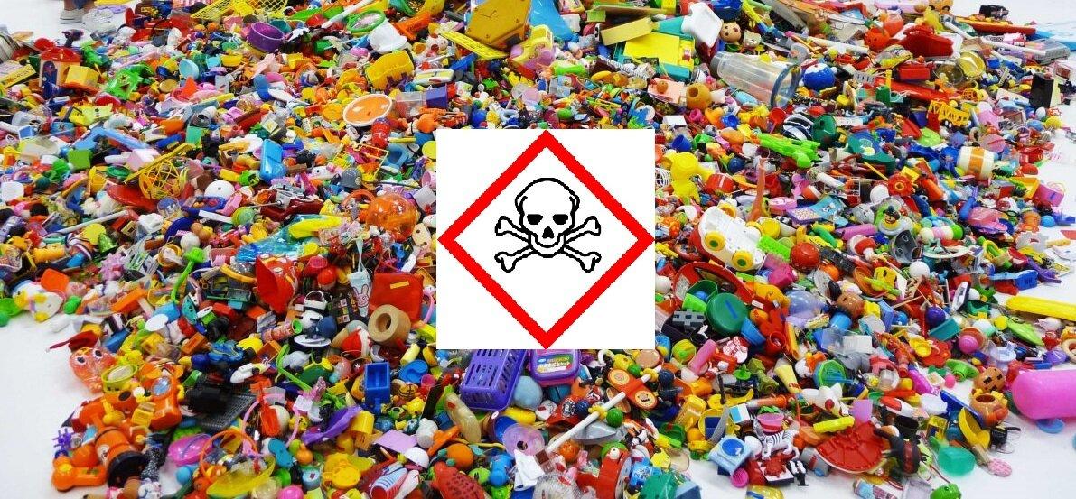 Пластмассовые игрушки часто опасны для ребенка.